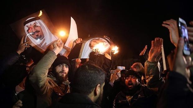 Protestas ante la embajada saudí en Teherán
