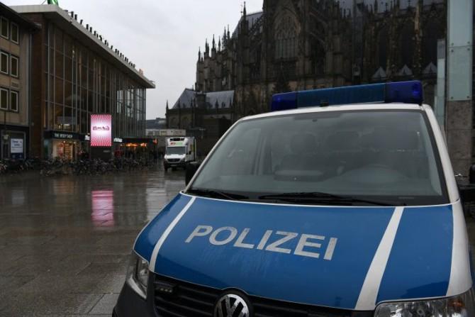 Un coche de policía junto a la principal estación de tren de Colonia, en el oeste de Alemania