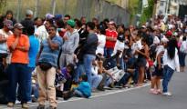 Largas colas en los supermercados venezolanos se registran a diario