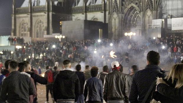 Fotografía facilitada hoy, 6 de enero de 2016, que muestra a una multitud en los alrededores de la catedral y la estación de tren en Colonia (Alemania) el pasado 31 de diciembre Fotografía facilitada hoy, 6 de enero de 2016, que muestra a una multitud en los alrededores de la catedral y la estación de tren en Colonia (Alemania) el pasado 31 de diciembre