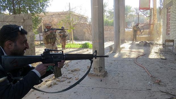 Agentes iraquíes limpian de miembros de Daesh las afueras de Ramadi este domingo