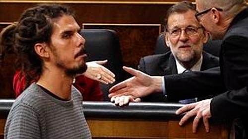 El diputado de Podemos Alberto Rodríguez (izda) pasa junto al presidente del Gobierno en funciones, Mariano Rajoy