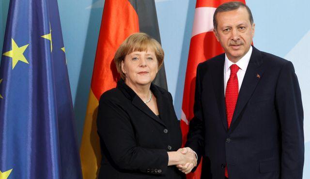 """En febrero de 2016, el presidente de Turquía, Recep Tayyip Erdogan), amenazó con enviar millones de migrantes a Europa. """"Podemos abrir las puertas a Grecia y Turquía en cualquier momento, y poner a los refugiados en autobuses"""", dijo. En la imagen, con Angela Merkel."""