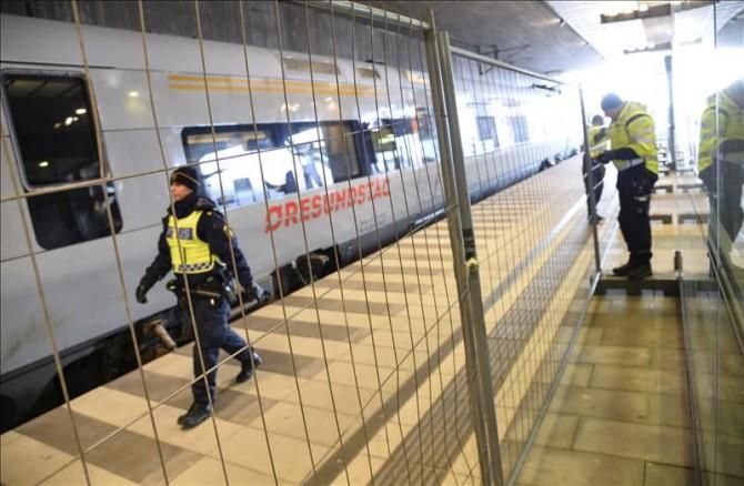 La policía monta una cerca temporal para facilitar el control de fronteras e impedir que los migrantes ilegales entre en Suecia, en la estación de tren Hyllie en el sur de Malmo, Suecia.