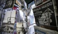 """Una copia del número especial publicado por el semanario satírico """"Charlie Hebdo"""" con motivo del primer aniversario del atentado yihadista contra su redacción, expuesta a la venta junto otras publicaciones en un quiosco de París (Francia), hoy, 6 de enero."""