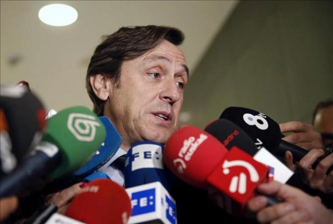 El portavoz del PP en el Congreso, Rafael Hernando, atiende a los medios hoy en el Congreso.