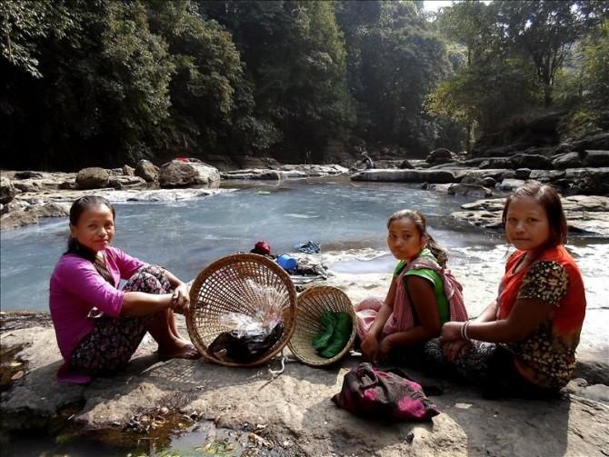 Tres jóvenes de la tribu matrilineal Khasi descansan tras lavar la ropa en el río en el estado de Meghalaya, en el noreste de la India.