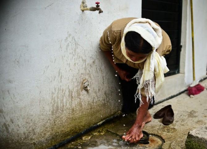 Una mujer indígena musulmana limpia sus pies antes de rezar en una mezquita en las afueras de San Cristobal de las Casas en el estado de Chiapas.