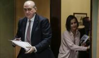 El ministro del Interior, Jorge Fernández Díaz (i), y la directora general de Tráfico, María Seguí, momentos antes de presentar el balance de tráfico del año 2015, esta mañana en la sede del Ministerio.