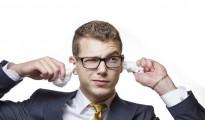 Un hombre limpiándose los oídos