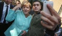 Refugiados musulmanes se toman selfies con Merkel.