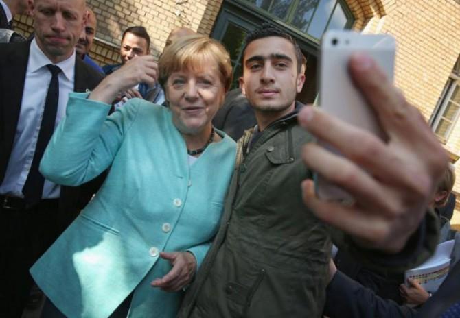 Refugiados sirios se toman selfies con Merkel.