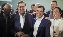 El presidente del Gobierno, Mariano Rajoy (2i), junto al presidente del PP andaluz, Juanma Moreno (2d), momentos antes de presidir hoy la Junta Directiva del PP de Córdoba tras su renuncia a ser el primer candidato en intentar formar Gobierno.