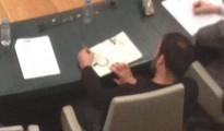 Nacho Murgui, dibujando una hoz y un martillo en el Pleno Municipal