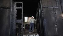 En esta imagen de archivo del 31 de julio de 2015, un palestino examina una casa incendiada en un supuesto ataque de colonos judíos, y que mató a un niño palestino de 18 meses y a sus padres, en el pueblo de Duma, cerca de la ciudad cisjordana de Nablús.