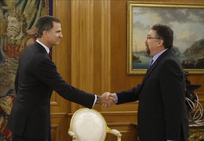 El Rey ha recibido hoy en audiencia en el Palacio de la Zarzuela al diputado de Foro Asturias Isidro Martínez Oblanca (d), en el marco de la segunda ronda de consultas para la designación de candidato a la Presidencia del Gobierno.