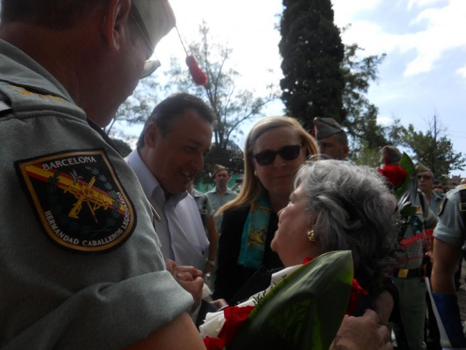 Óscar Bermán, junto a la hija de Millán Astray, en los actos conmemorativos del 95 aniversario de la creación de La Legión