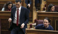 Pedro Sánchez pasa junto a Pablo Iglesias en el Congreso.