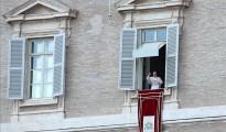 El papa Francisco durante el tradicional rezo del Angelus desde el balcón de la plaza de San Pedro, en el Vaticano.