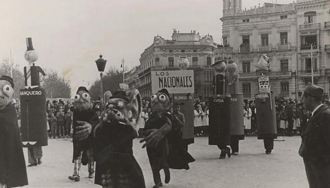 En la siguiente imagen vemos a niñas con flores escoltando la bandera del Partido Comunista.