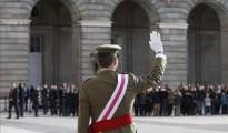 El Rey saluda a su llegada al Palacio Real donde ha presidido la celebración de la Pascua Militar.