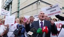El pastor James McConnell, rodeado de seguidores, habla a los medios de comunicación fuera del Juzgado de Laganside, en Belfast