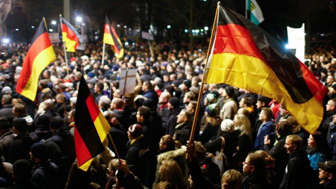 Patriotas alemanes protestan contra la globalización.