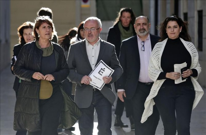 El secretario general de Podemos en la Comunitat Valenciana y portavoz parlamentario Les Corts, Antonio Montiel (centro), acompañado por otros miembros de la formación se dirige a la rueda de prensa en la que ha respondido a las preguntas sobre la diputada Covadonga