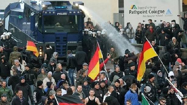 La Policía disuelve con cañones de agua la manifestación convocada por Pegida en Colonia