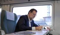El presidente en funciones del Gobierno, Mariano Rajoy, tomando notas en el tren en el que viaja hacia Zamora, donde participa en un acto del Partido Popular.