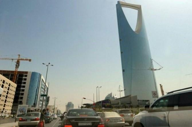Imagen de una parte de Riad en 2013, con los vehículos circulando junto a un gran rascacielos