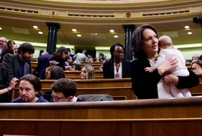 La diputada de Podemos Carolina Bescansa llega al hemiciclo para la constitución del Congreso con su bebé
