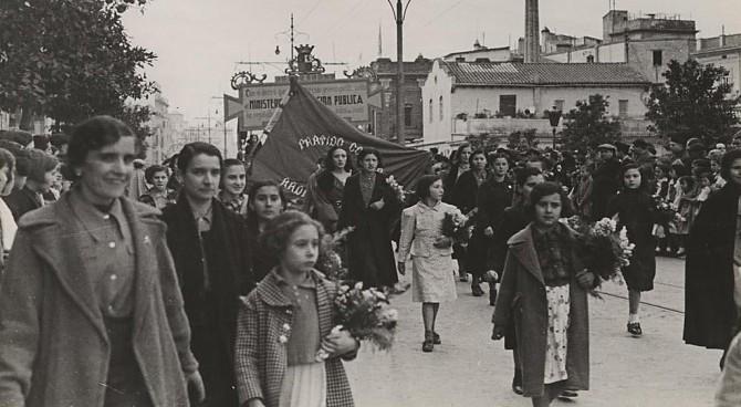 Milicianos portando un enorme retrato del presidente del Gobierno republicano, el socialista Francisco Largo Caballero.