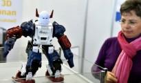 Una mujer mira un robot construido con una impresora 3D durante la Global Robot Expo, este viernes 29 de enero en Madrid
