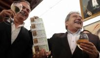 Alfonso Rus, alcalde de Xátiva, a la derecha, celebra que le tocaron 625.000 euros en el sorteo de Navidad del 2011