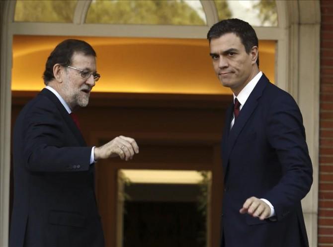 El presidente del Gobierno, Mariano Rajoy recibe el 23 de diciembre de 2015 en el Palacio de La Moncloa, al líder del PSOE, Pedro Sánchez, tras las elecciones generales para sondear los escenarios de gobernabilidad.