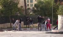"""Musulmanes palestinos del área de Belén, algunos de ellos disfrazados de Santa Claus, lanzan piedras mientras claman """"¡Alá es grande!""""."""