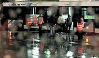 Un guardia civil introduce al joven afectado en un autobús para llevarle de vuelta a la terminal tras bajar del avión.