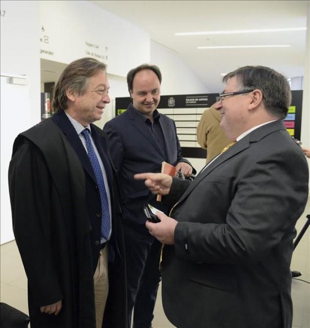 En la imagen, Manuel Español (d), abogado del Gobierno de Aragón y Pepe Serra, director del Museu Nacional d'Art de Catalunya, entre otros ayer en el juzgado.