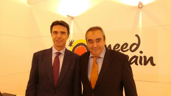 El ministro de Turismo, José Manuel Soria, con el director de AD, Armando Robles, hoy en FITUR.