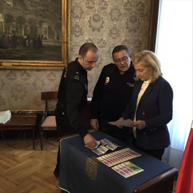 Fotografía facilitada por la Delegación del Gobierno, de la delegada del Gobierno en Madrid, Concepción Dancausa, acompañada por el jefe superior de Policía, Alfonso Fernández (c)