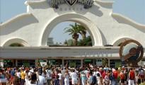 Numerosos visitantes esperan para entrar en el parque temático Warner en San Martín de la Vega.