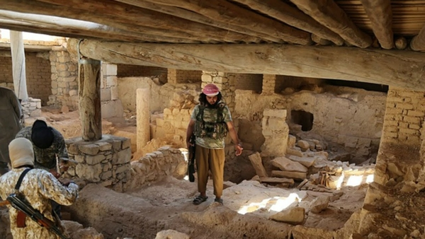 Yihadistas del Estado Islámico en las ruinas del antiguo monasterio de Mar Elián, en Qariatain, Siria.