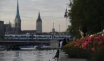 Una mujer habla por teléfono junto al lago de Zúrich