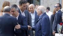 El ex secretario general del PSOE, Pedro Sánchez, saluda al expresidente del PNV, Xabier Arzalluz, en presencia del portavoz del Gobierno Vasco, Josu Erkoreka