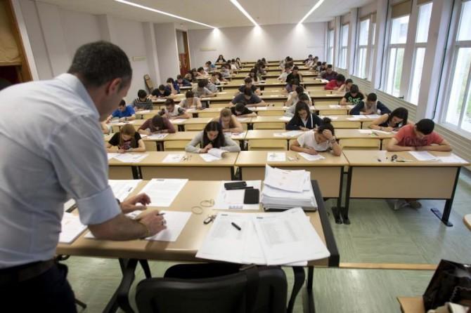 En la imagen, una clase durante un examen.