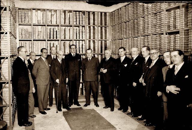 Junta de accionistas del Banco de España en el interior de la caja fuerte, junto a lingotes de oro Manuel Azaña y Juan Negrin