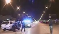 Captura de pantalla de un video divulgado por la Policía el 24 de noviembre de 2015, donde se ve al adolescente negro Laquan McDonald (der) segundos antes de ser asesinado por el agente Jason Van Dyke, el 24 de octubre de 2014, en Chicago