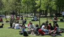 Grupos de estudiantes de asueto en el campus de la Universidad Autónoma de Madrid