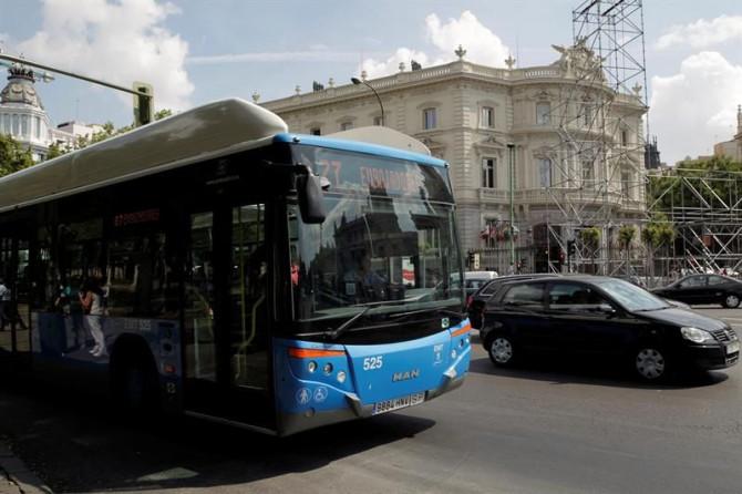 Un autobús de la EMT pasa por el centro de Madrid.